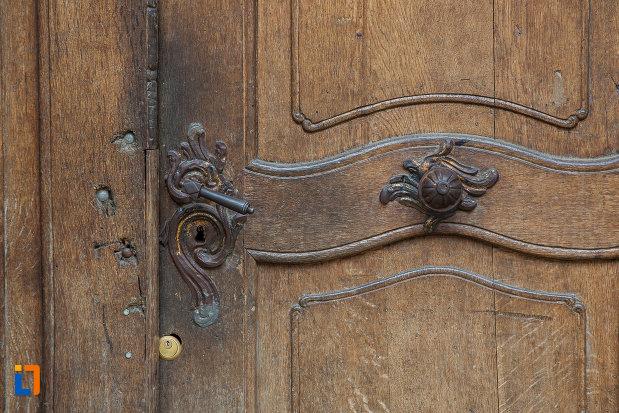 detalii-de-la-usa-din-lemn-casa-cu-cariatide-din-sibiu-judetul-sibiu.jpg