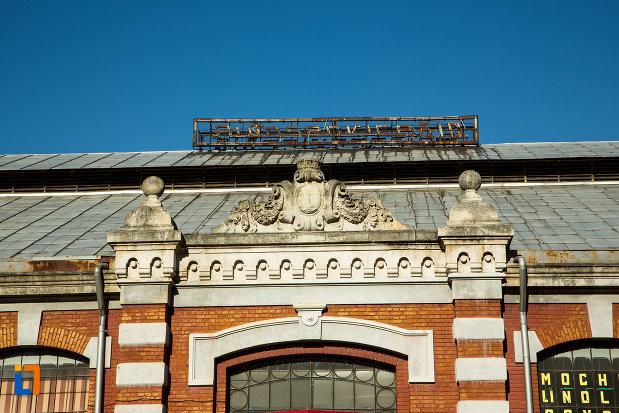 detalii-de-pe-acoperisul-de-la-hala-radu-negru-din-drobeta-turnu-severin-judetul-mehedinti.jpg
