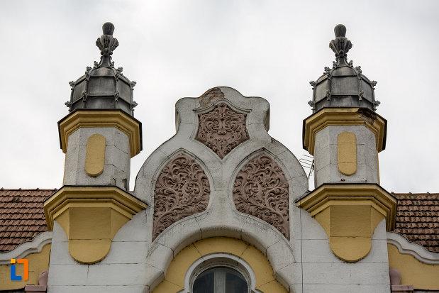 detalii-de-pe-acoperisul-de-la-prefectura-orasului-cluj-napoca-judetul-cluj.jpg