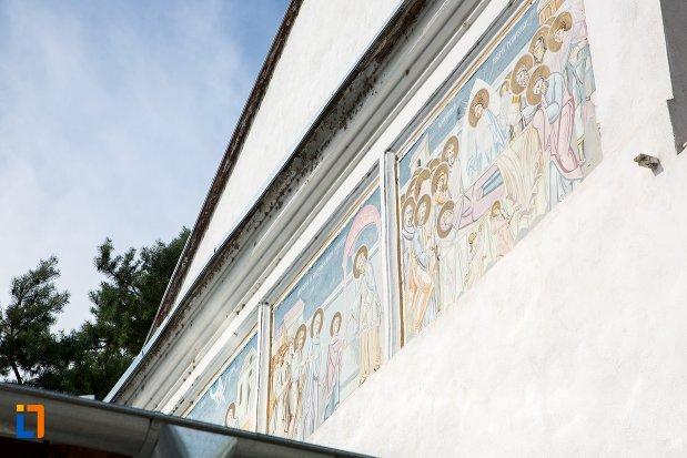 detalii-de-pe-biserica-intrarea-in-biserica-a-maicii-domnului-sf-trei-ierarhi-alba-sau-a-judetului-1632-din-targoviste-judetul-dambovita.jpg