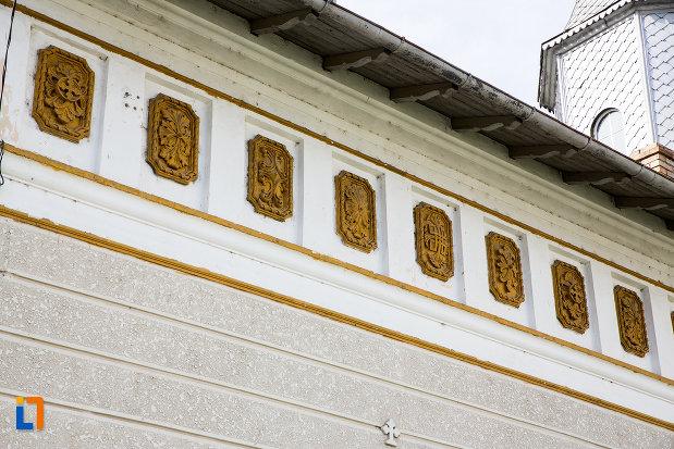 detalii-de-pe-biserica-sf-nifon-sarbi-1852-din-targoviste-judetul-dambovita.jpg