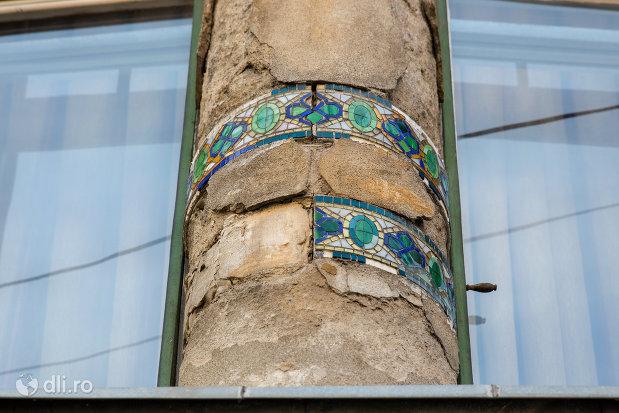 detalii-de-pe-coloane-casa-darvas-la-roche-din-oradea-judetul-bihor.jpg