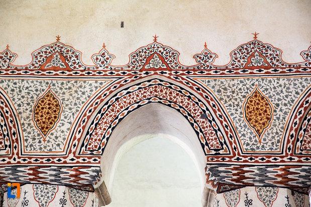 detalii-de-pe-coloanele-din-manastirea-stelea-din-targoviste-judetul-dambovita.jpg