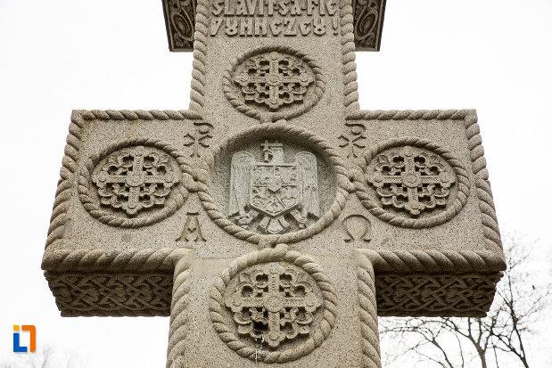 detalii-de-pe-crucea-de-la-monumetul-inchinat-lui-silvestru-rafiroiu-din-arad-judetul-arad.jpg