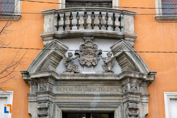 detalii-de-pe-fatada-biserica-romana-catolica-sfanta-treime-din-cluj-napoca-judetul-cluj.jpg