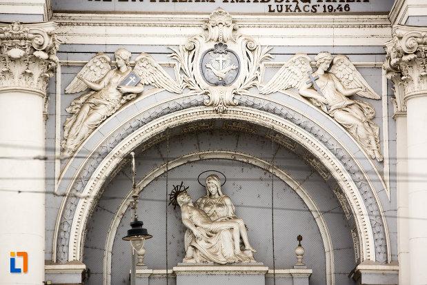 detalii-de-pe-fatada-de-la-catedrala-romano-catolica-din-arad-judetul-arad.jpg