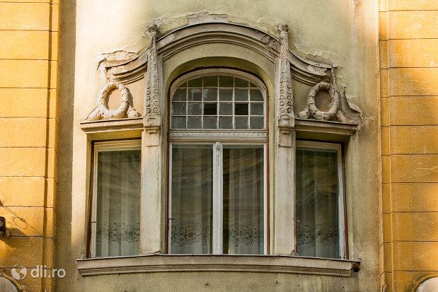 detalii-de-pe-palatul-apollo-din-oradea-judetul-bihor.jpg