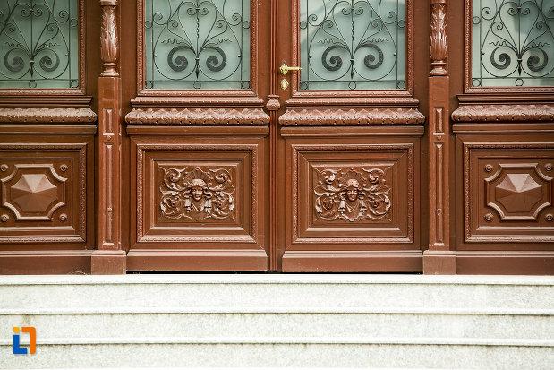 detalii-de-pe-usa-de-la-casa-ion-carabatescu-din-targu-jiu-judetul-gorj.jpg