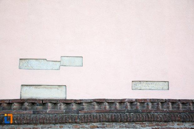 detalii-de-pe-zidul-de-la-biserica-maieri-sf-treime-din-alba-iulia-judetul-alba.jpg
