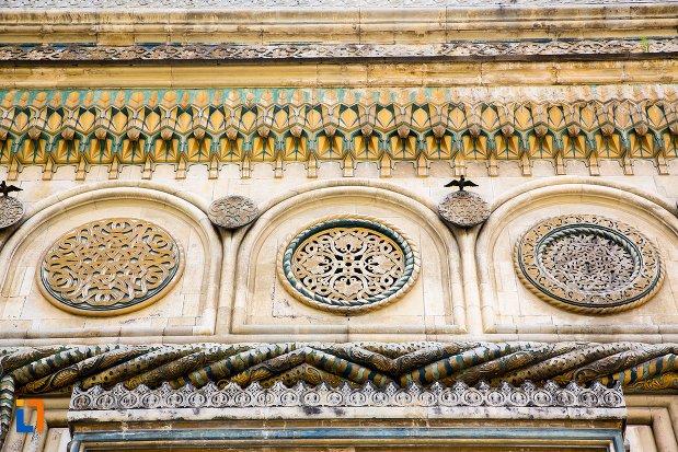 detalii-decorative-de-pe-biserica-episcopala-manastirea-curtea-de-arges-judetul-arges.jpg