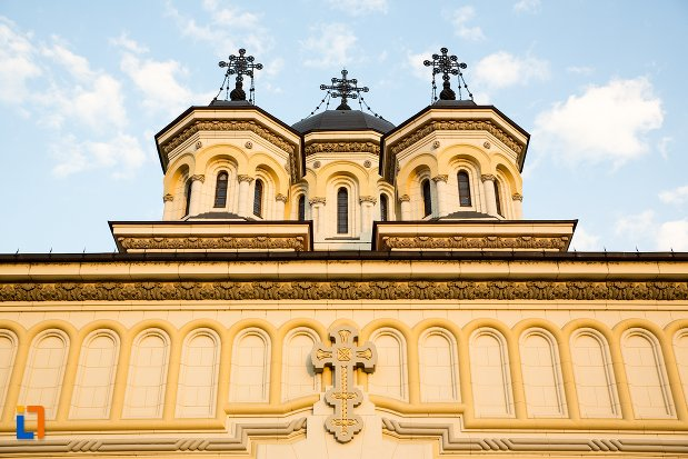 detalii-fatada-catedrala-reintregirii-din-alba-iulia-judetul-alba.jpg