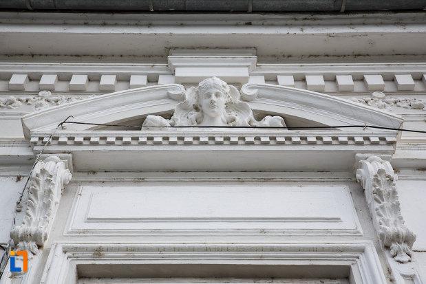 detalii-ornamentale-de-pe-camera-de-comerti-si-industrie-din-tulcea-judetul-tulcea.jpg