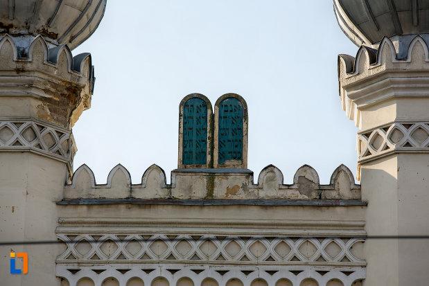 detalii-pe-acoperis-sinagoga-neologa-din-cluj-napoca-judetul-cluj.jpg