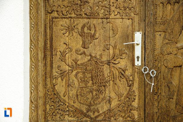 detalii-sculptate-pe-usa-de-la-beciul-domnesc-din-panciu-judetul-vrancea.jpg