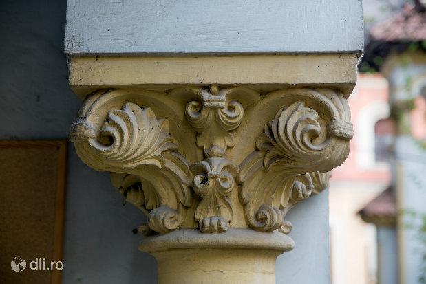 detalii-stalpi-scoala-normala-greco-catolica-din-oradea-judetul-bihor.jpg