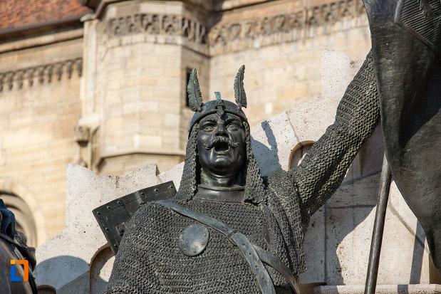 detaliu-de-la-statuia-lui-matei-corvin-din-cluj-napoca-judetul-cluj.jpg