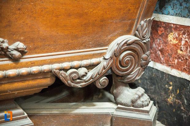 detaliu-de-la-un-sicriu-din-mausoleul-familiei-filisanu-din-filiasi-judetul-dolj.jpg
