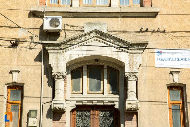 detaliu-ornamental-de-la-fosta-scoala-de-baieti-din-slatina-judetul-olt.jpg