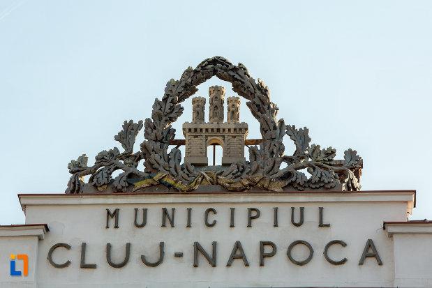 detaliu-si-inscriptie-de-pe-consiliul-local-al-municipiului-cluj-napoca-judetul-cluj.jpg