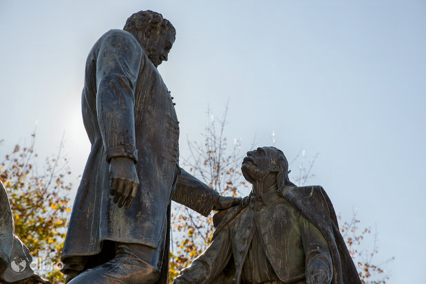 discutie-intre-baron-si-iobag-statuia-wesselenyi-din-zalau-judetul-salaj.jpg