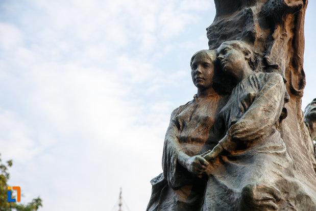 doamnele-de-langa-statuia-lui-alexandru-ioan-cuza-din-alexandria-judetul-teleorman.jpg