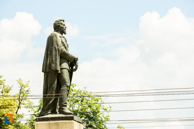 domnitorul-vazut-dintr-o-parte-statuia-lui-al-i-cuza-din-galati-judetul-galati.jpg