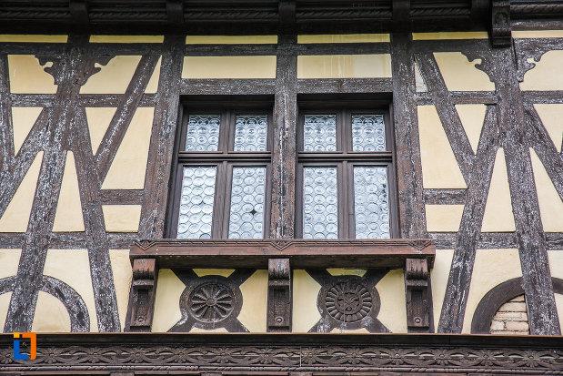 doua-ferestre-de-la-castelu-pelisor-judetul-prahova.jpg