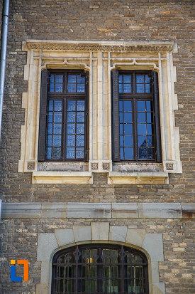 doua-ferestre-de-la-castelul-cantacuzino-din-busteni-judetul-prahova.jpg