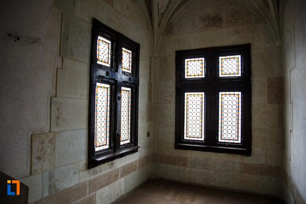 doua-ferestre-de-la-castelul-corvinilor-azi-muzeu-din-hunedoara-judetul-hunedoara.jpg