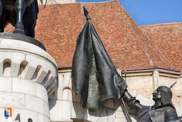 drapel-intins-spre-rege-statuia-lui-matei-corvin-din-cluj-napoca-judetul-cluj.jpg