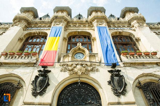 drapeluri-expuse-pe-primaria-din-craiova-judetul-dolj.jpg