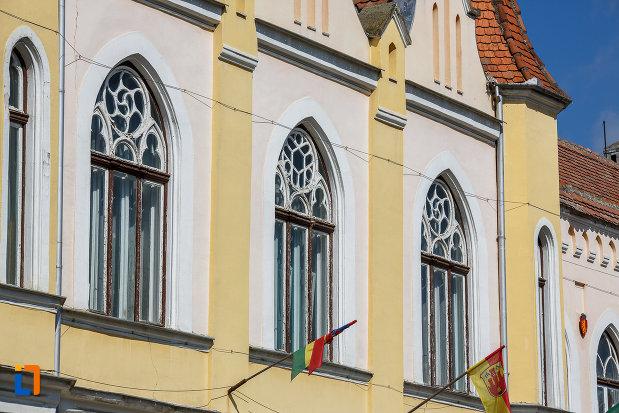 drapeluri-si-ferestre-de-la-primaria-din-sebes-judetul-alba.jpg