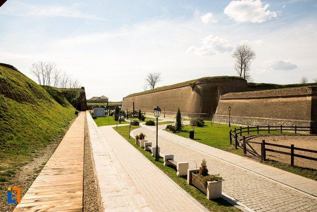 drum-pavat-din-traseul-celor-trei-fortificatii-din-alba-iulia-judetul-alba.jpg