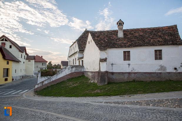 drum-pietruit-langa-casa-parohiala-evanghelica-1719-din-talmaciu-judetul-sibiu.jpg