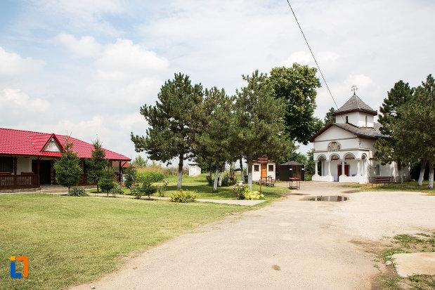 drum-spre-biserica-sf-arhagheli-mihail-si-gavril-din-mihailesti-judetul-giurgiu.jpg