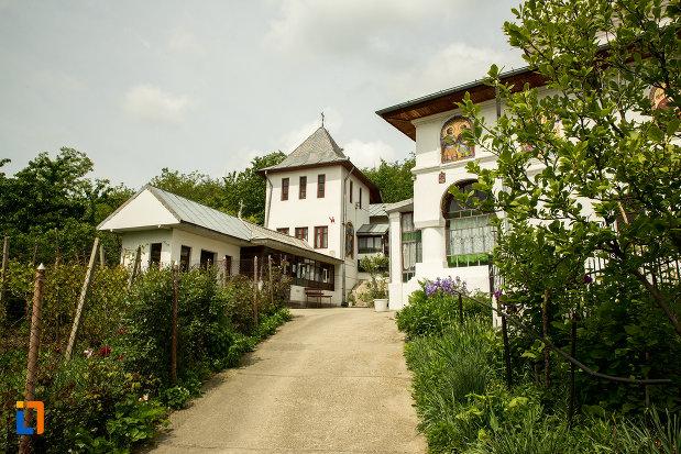 drum-spre-biserica-sf-arhangheli-din-slatina-judetul-olt.jpg
