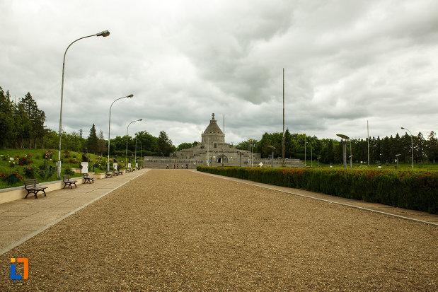 drumul-ce-duce-la-mausoleul-eroilor-din-1916-1919-de-la-marasesti-judetul-vrancea.jpg