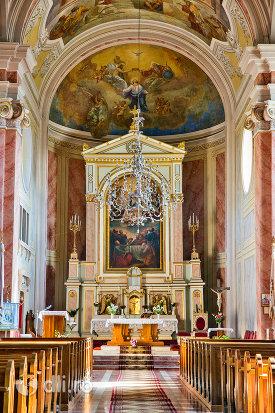 drumul-spre-altarul-din-biserica-romano-catolica-din-baia-sprie-judetul-maramures.jpg