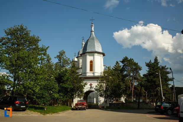 drumul-spre-ansamblul-bisericii-sf-cruce-din-odobesti-judetul-vrancea.jpg