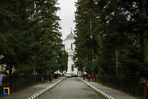 drumul-spre-arhiepiscopia-ramnicului-din-ramnicu-valcea-judetul-valcea.jpg