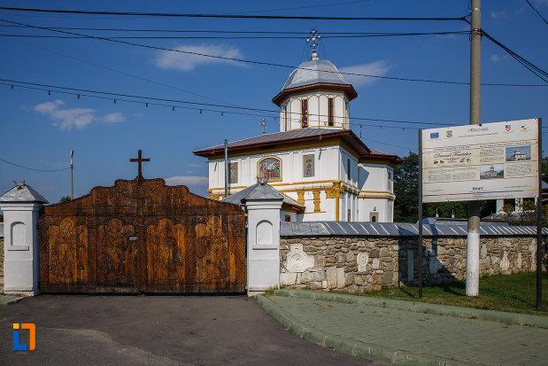drumul-spre-biserica-adormirea-maicii-domnului-a-fostei-manastiri-valeni-1680-din-valenii-de-munte-judetul-prahova.jpg