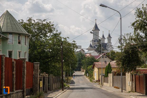 drumul-spre-biserica-armeneasca-turnu-rosu-din-suceava-judetul-suceava.jpg