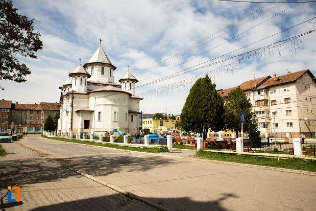 drumul-spre-biserica-ortodoxa-din-teius-judetul-alba.jpg