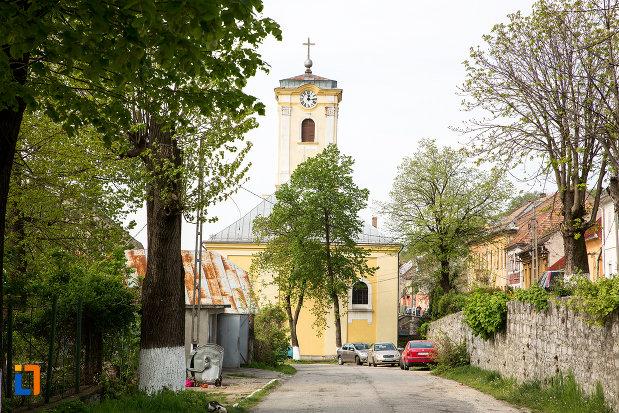 drumul-spre-biserica-romano-catolica-din-oravita-judetul-caras-severin.jpg