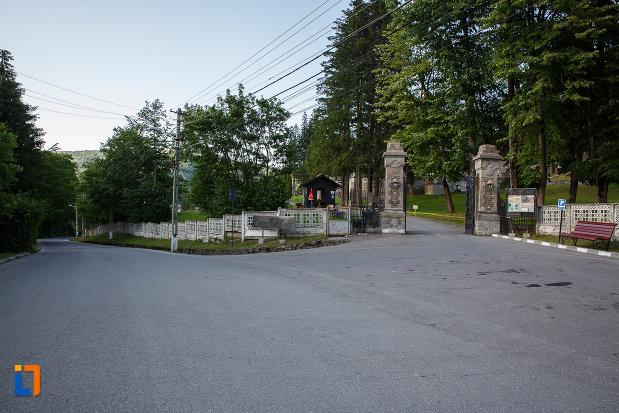 drumul-spre-castelul-cantacuzino-din-busteni-judetul-prahova.jpg