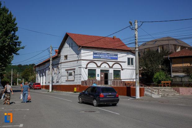 drumul-spre-sediul-fostei-universitati-populare-nicolae-iorga-azi-muzeul-natural-vaii-teleajenului-din-valenii-de-munte-judetul-prahova.jpg