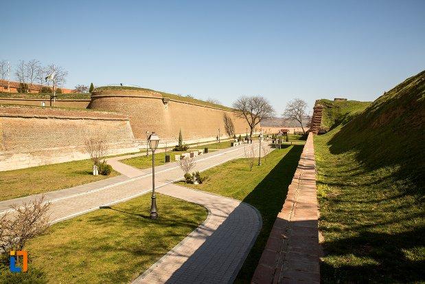 drumuri-din-traseul-celor-trei-fortificatii-din-alba-iulia-judetul-alba.jpg
