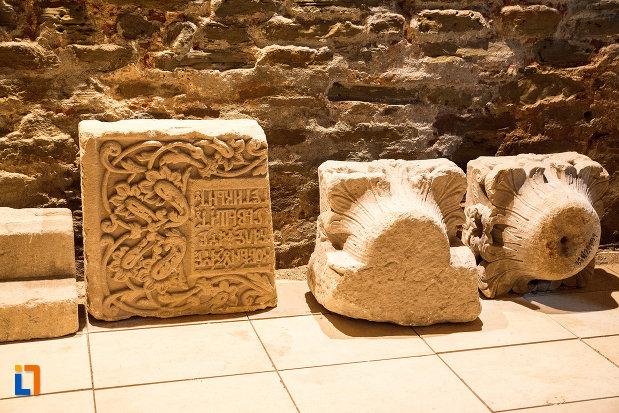 elemente-de-constructie-pastrate-din-palatul-domnesc-ruine-palatul-petru-cercel-din-targoviste-judetul-dambovita.jpg