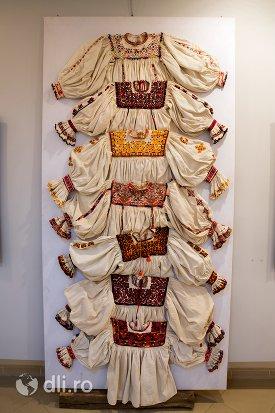 exozitie-cu-ie-oseneasca-muzeul-tarii-oasului-din-negresti-oas-judetul-satu-mare.jpg