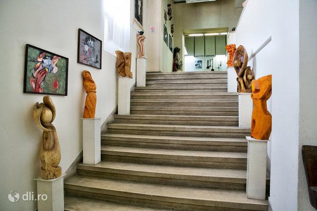 exponate-pe-scarile-din-muzeul-etnografic-al-maramuresului-din-sighetu-marmatiei-judetul-maramures.jpg